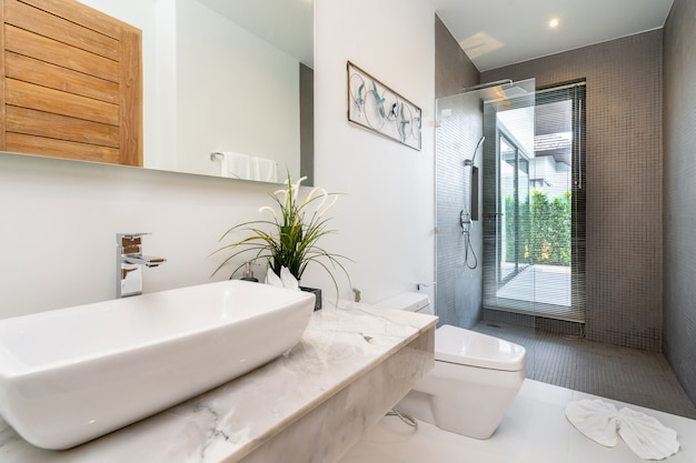 Moderne badkamer, wastafel douche en bad in luxe villa Premium Foto