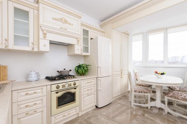 Moderne beige gekleurde luxekeuken Premium Foto