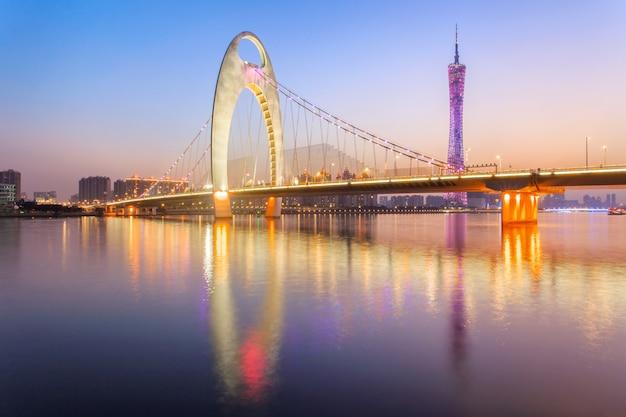 Moderne brug in zhujiang-rivier en de moderne bouw van financieel district in guangzhoustad Premium Foto