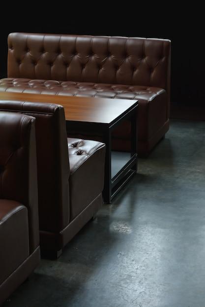 Moderne Bruin Leren Bank.Moderne Bruine Lederen Bank Met Comfortabele Sfeer In De Kamer