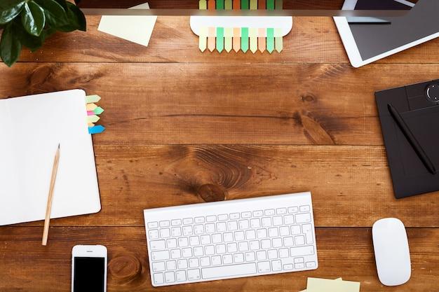 Moderne creatieve ontwerp werkplekconcept, computer verf op bruin houten tafel Premium Foto