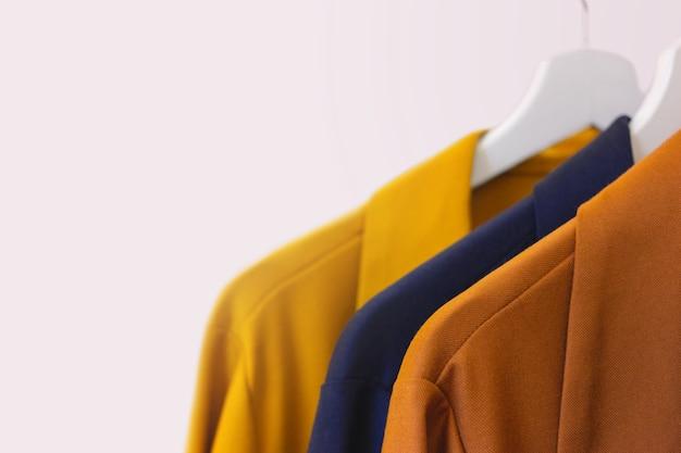 Moderne dameskleding op een hanger in een winkel. kopieer ruimte Premium Foto