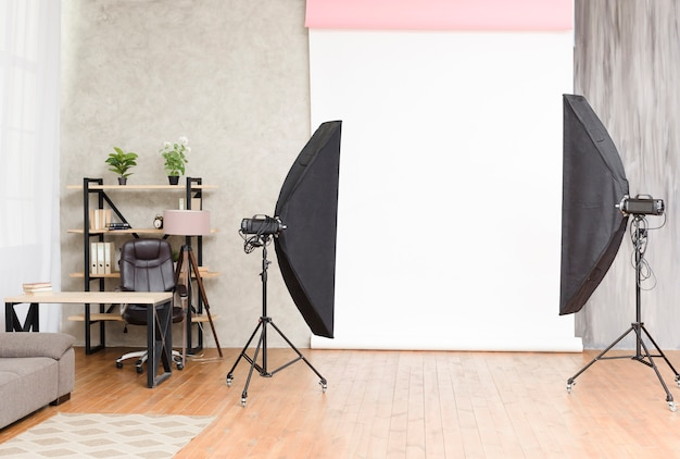 Moderne fotografiestudio met lichten en achtergrond Gratis Foto