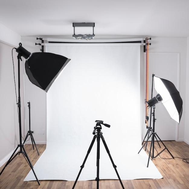 Moderne fotostudio met professionele apparatuur met gloeiende lichten Gratis Foto