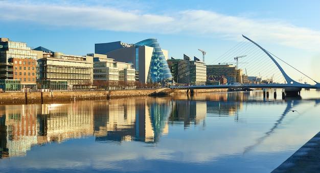 Moderne gebouwen op liffey-rivier in de brug van dublin en van de harp Premium Foto