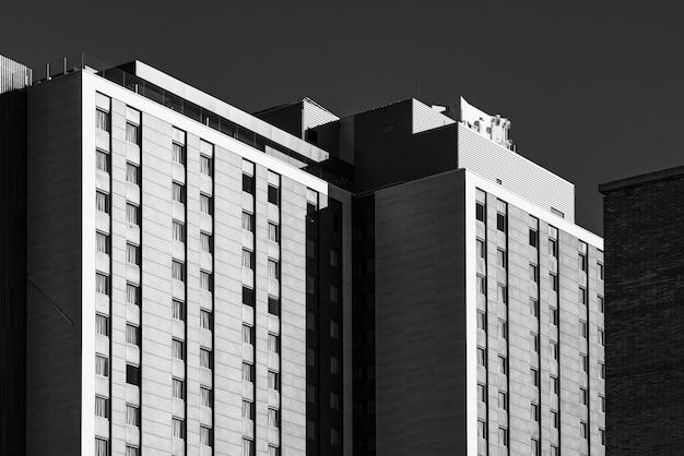 Moderne gevels van een stedelijk gebouw in zwart-wit Premium Foto