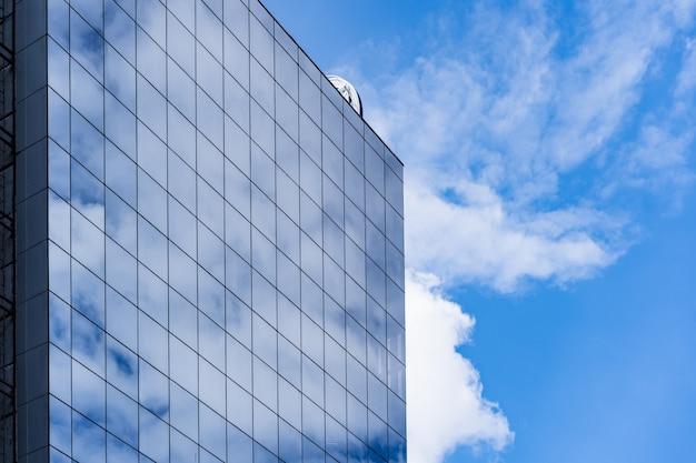Moderne glazen gebouw architectuur met blauwe lucht en wolken Gratis Foto