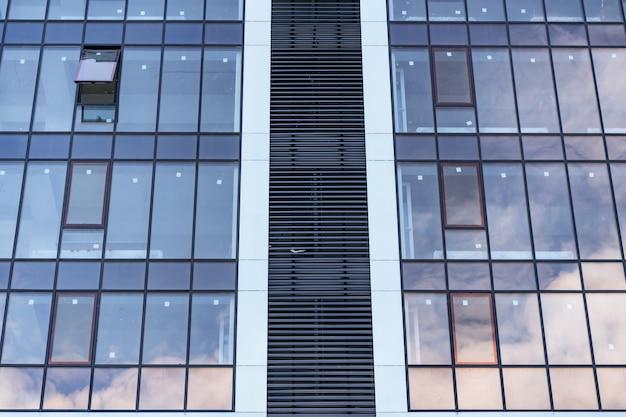 Moderne glazen gebouwarchitectuur. modern gebouw, met structurele lijnen Gratis Foto