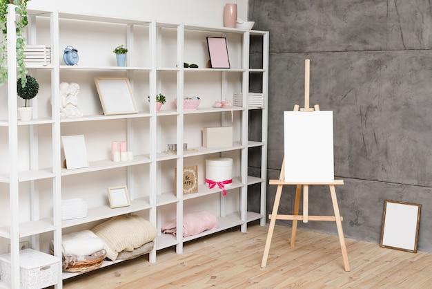 Moderne heldere boekenplank met decoratie Gratis Foto