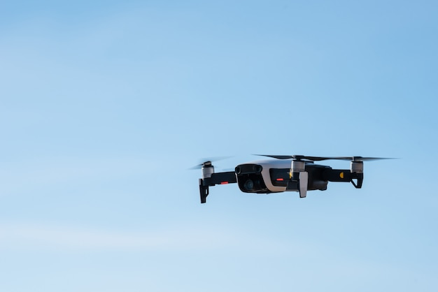 Moderne hommel met camera vliegen op blauwe hemelachtergrond. Premium Foto