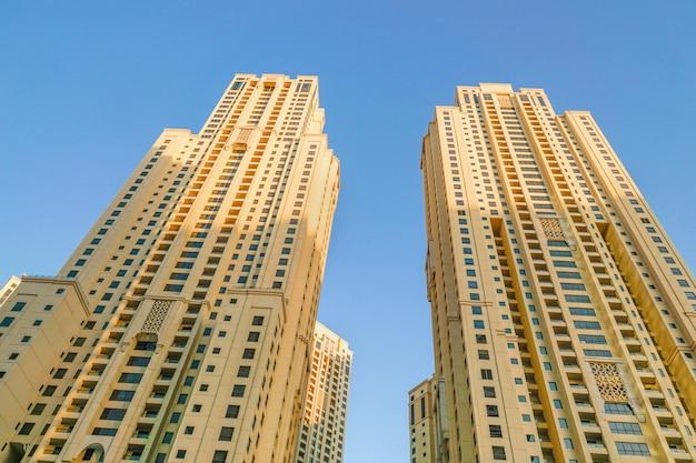 Moderne hoogbouw. achtergrondarchitectuur dubai marina. dubai. Premium Foto