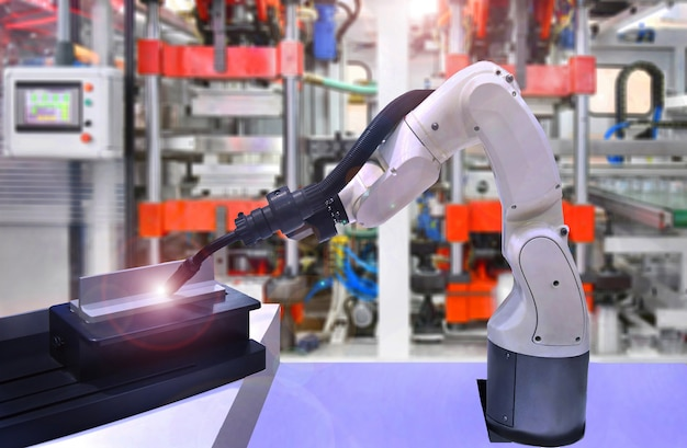 Moderne hoogwaardige geautomatiseerde lasrobots bij industrieel Premium Foto