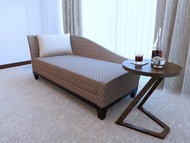 Moderne houten salontafel en gezellige bank met zwart frame en kussen en gemaakt van patroondoek. Premium Foto