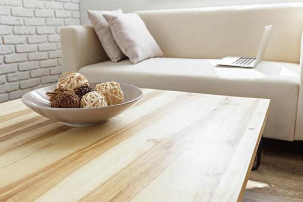Moderne houten tafel in het interieur van de zolder Premium Foto