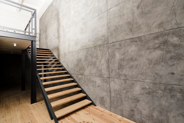 Moderne industriële houten trap Premium Foto