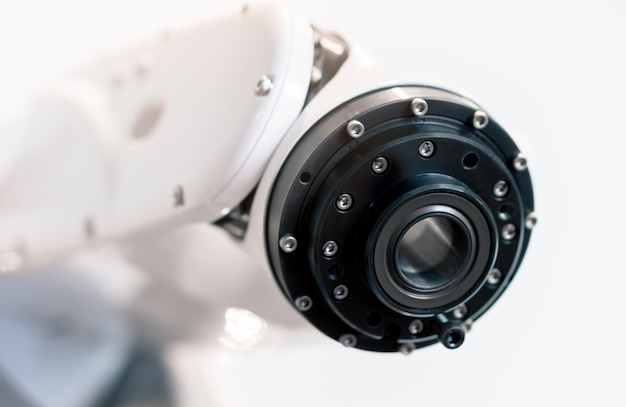 Moderne industriële robotarm in geautomatiseerde productielijn die productkwaliteit analyseert met kunstmatige intelligentie software, smart industry technology 4.0 met kopie ruimte Premium Foto