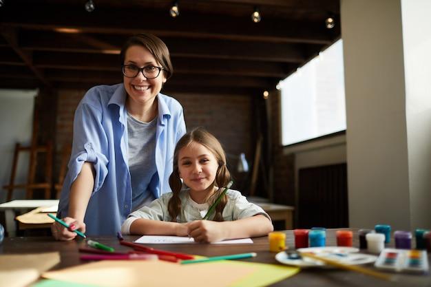 Moderne jonge moeder Premium Foto