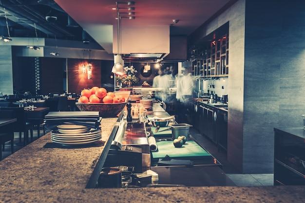 Moderne keuken en chef-koks in restaurant Premium Foto