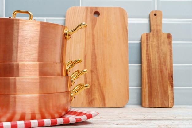 Moderne keukendetails met dichte omhooggaand van het koperkeukengerei Premium Foto