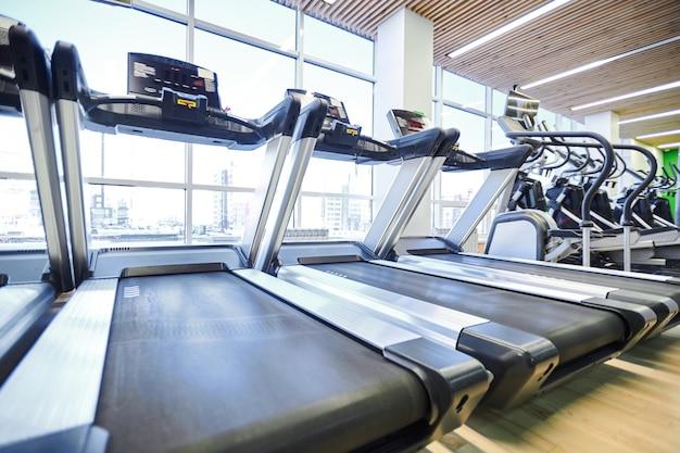 Moderne loopbanden in de sportschool Premium Foto