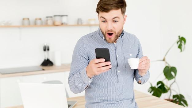 Moderne man mobiel controleren Gratis Foto