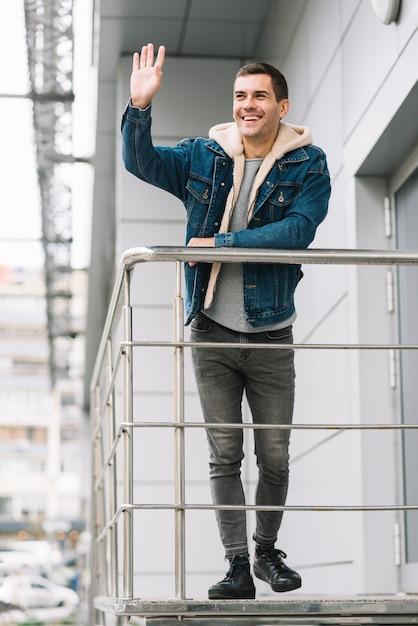 Moderne man op trappen Gratis Foto