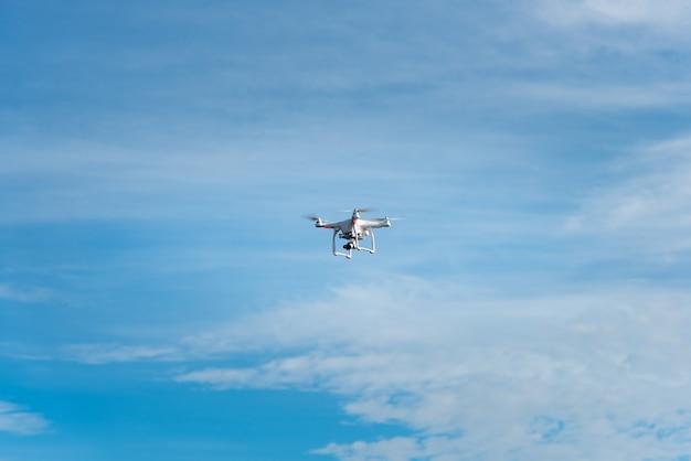 Moderne rc drone / quadcopter met camera vliegen Premium Foto