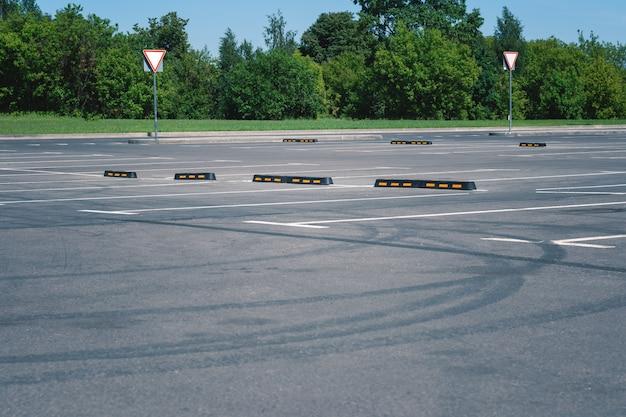 Moderne rubberen barrière voor auto's in de zomer parkeren. bandensporen op asfalt. Premium Foto