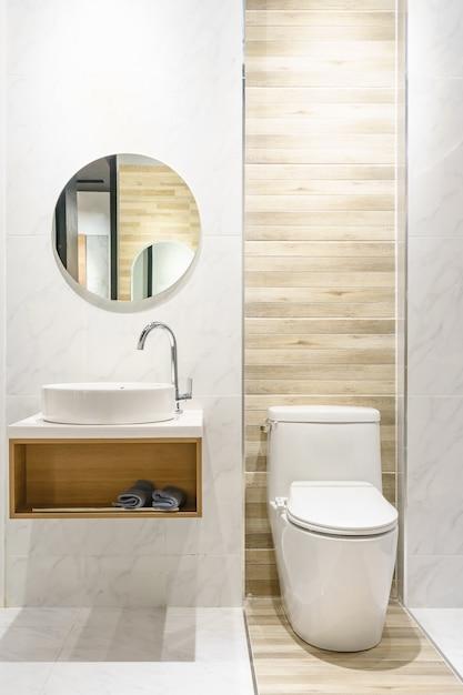 Moderne ruime badkamer met lichte tegels met toilet en wastafel Premium Foto