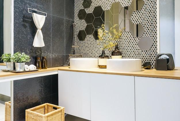 Badkamer Lichte Tegels : Moderne ruime badkamer met lichte tegels met toilet en wastafel