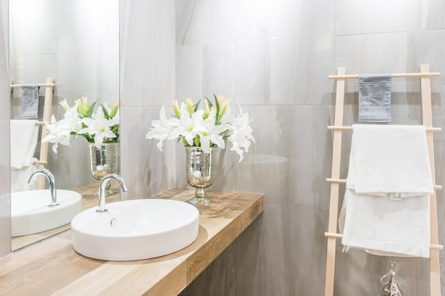 Moderne ruime badkamer met lichte tegels met toilet en wastafel. Premium Foto