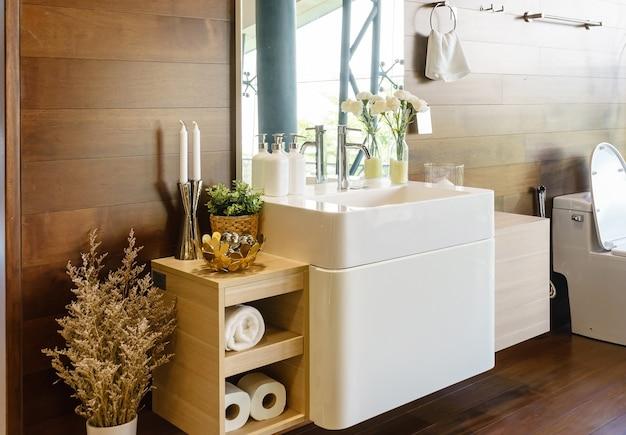 Moderne ruime badkamer met lichte tegels met toilet en wastafel ...