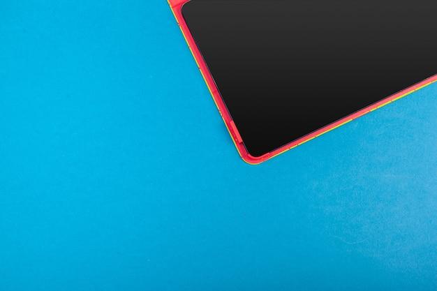 Moderne smartphone scherm close-up op gekleurde achtergrond Premium Foto