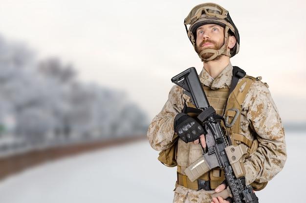 Moderne soldaat met geweer Premium Foto