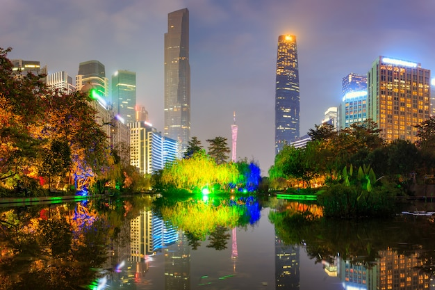 Moderne stedelijke nachtmening en waterkantgebouwen in het park in guangzhou, china Premium Foto