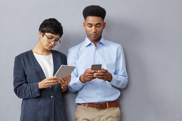 Moderne studenten hebben altijd contact Gratis Foto