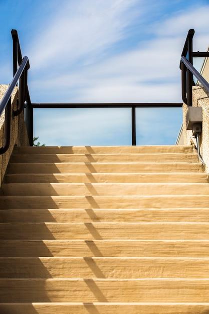 Moderne trappen met blauwe hemel Gratis Foto