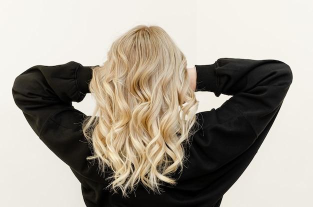 Moderne trendy airtouch-techniek voor haarverven. kijk van achteren Premium Foto