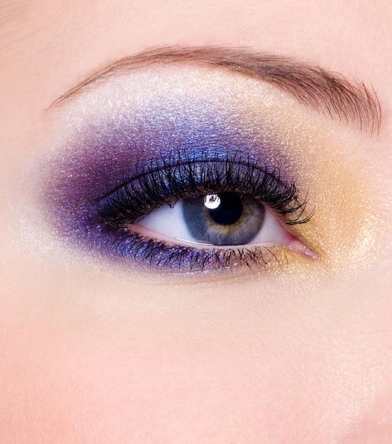 Moderne veelkleurige mode make-up van een vrouwelijk oog Gratis Foto