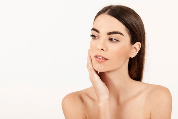 Moderne vrouw poseren met make-up Gratis Foto