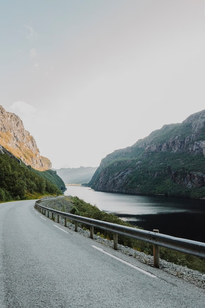 Moderne weg omringd door bergen Gratis Foto