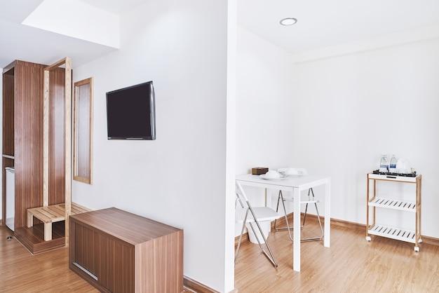 Moderne woonkamer appartement decoratie met ingebouwde meubels en