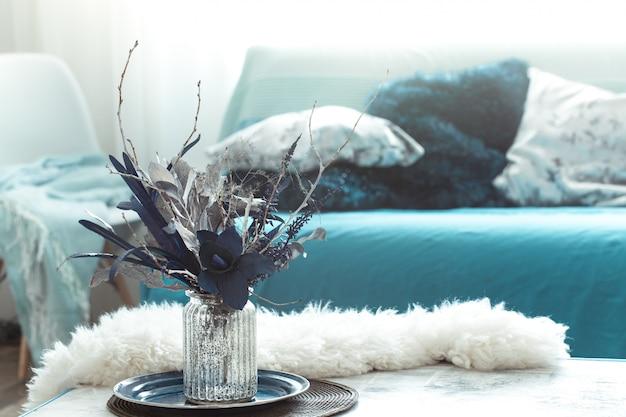Moderne woonkamer, met kunstbloemen in een vaas en home decor items op houten licht tafel. Gratis Foto