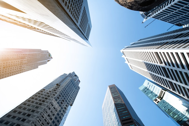 Moderne zakelijke wolkenkrabbers, hoge gebouwen, architectuur die de lucht in gaat Premium Foto