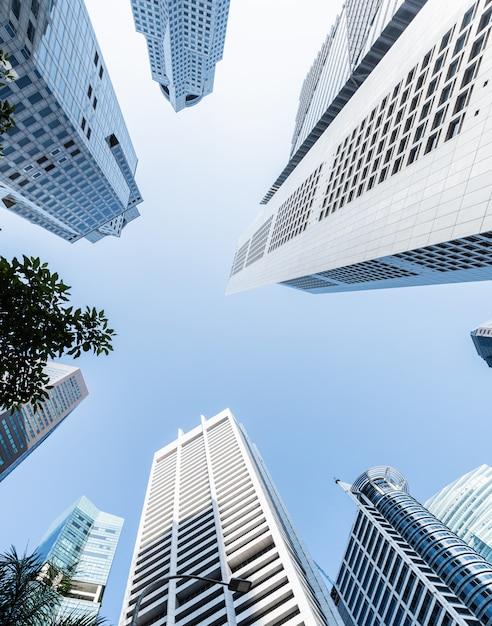 Moderne zakelijke wolkenkrabbers, hoogbouw, architectuur verhogen naar de hemel, zon. Premium Foto