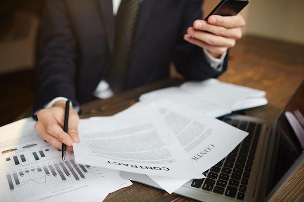 Moderne zakenman analyseren van financiële administratie Gratis Foto