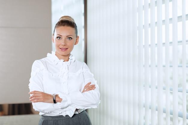 Moderne zakenvrouw in het kantoor Premium Foto