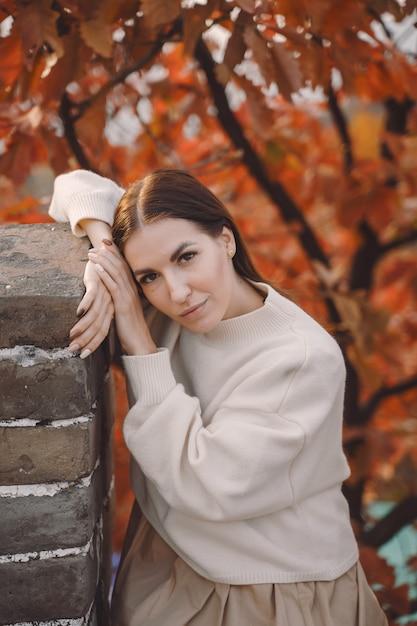 Modieus meisje die de grote muur van china bezoeken dichtbij peking tijdens de herfst Gratis Foto