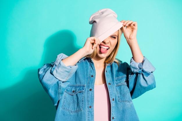 Modieuze blonde vrouw poseren tegen de blauwe muur Premium Foto