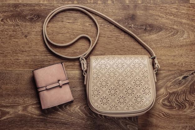 Modieuze leren tas en portemonnee op de grond. bovenaanzicht Premium Foto